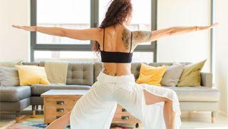Posturas básicas de yoga de pie