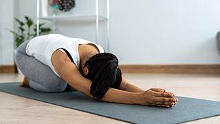 Posturas básicas de yoga en el suelo